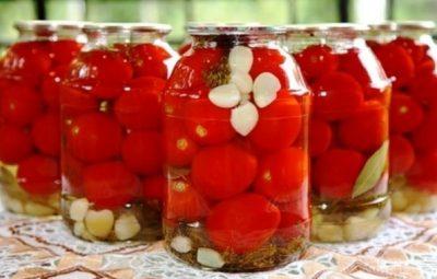 Консервированные помидоры с перцем и чесноком