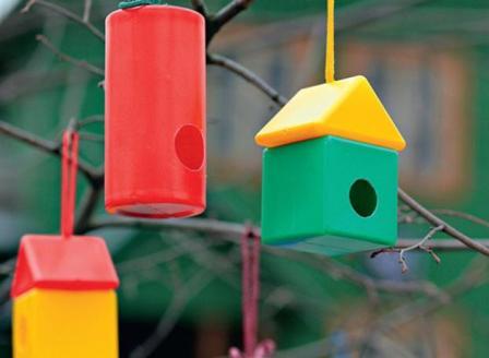 Кормушка для птиц из игрушек